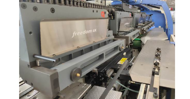 The book clamps of Freedom 4K. The 12 Rigid and firm clamps, that are centrally adjusted, accept the book blocks pushed up by the inline feeder, connected to the gathering machine